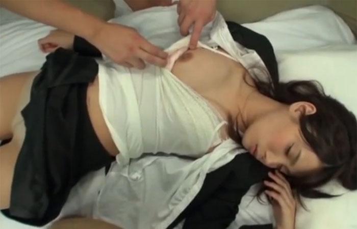 【三次エロ動画】酔潰れたOLさんがMM号に連れ込まれて極悪中出しの餌食!