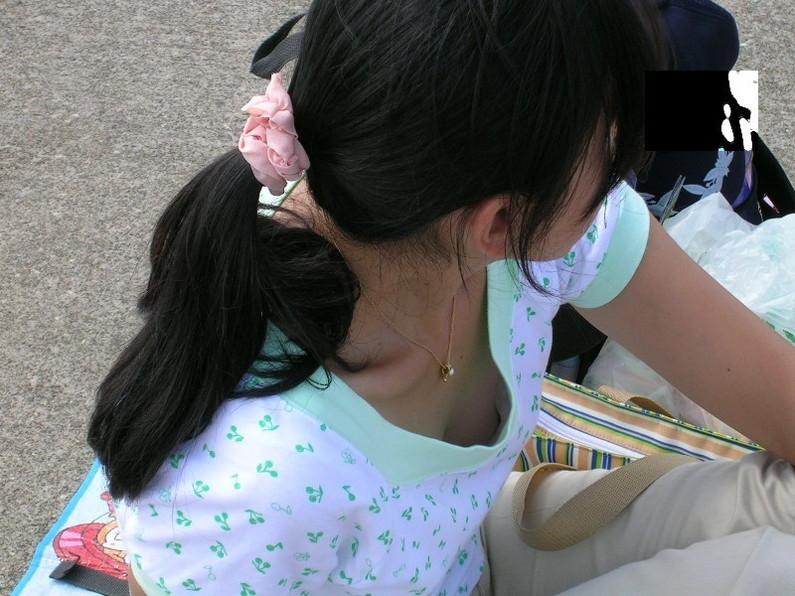 【ポロリ画像】お姉さんの乳首見えてるんだけど、大概見えてる乳首は勃起してるww 01