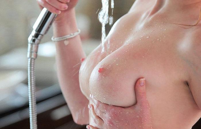 【乳頭エロ画像】どれを最初に吸ってみたい?男の憧れピンクの乳首www