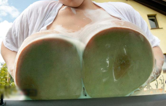 【海外エロ画像】お触りはNGですw頼んでみたい海外の爆乳洗車サービスwww