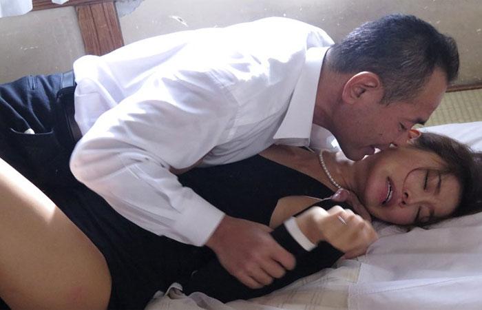 【三次エロ動画】亡き夫の遺影の前で義兄に犯されまくる美しき未亡人!