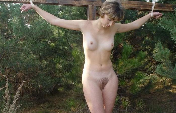 【SMエロ画像】野ざらしで放置かよ…中世からの磔調教される美女たちwww