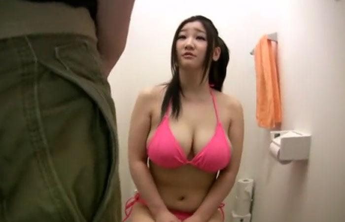 【三次エロ動画】トイレの中でおっぱいに肉棒を擦りつけられ射精も浴びる巨乳娘www
