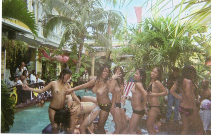 【海外エロ画像】ヤッてない訳がないw海外男女の裸でプールパーティーwww