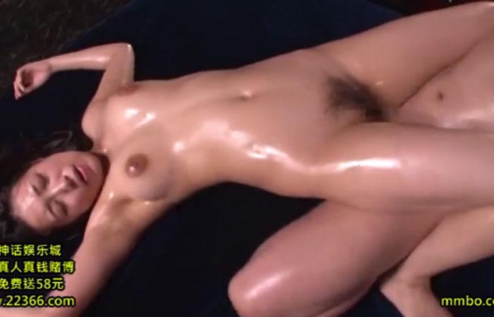 巨乳の佐倉ねねがオイルぬるテカの絶叫セックスで顔射を浴びる 01