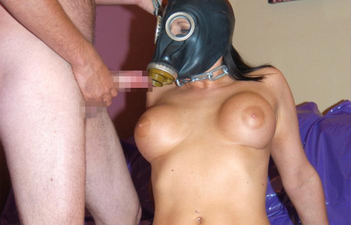 【マスクエロ画像】顔出し絶対イヤな女子がガスマスク被ってハメ撮り中www 表紙