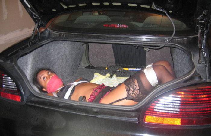 【海外エロ画像】トランク開けたら…車を使って調教される外人さん達www