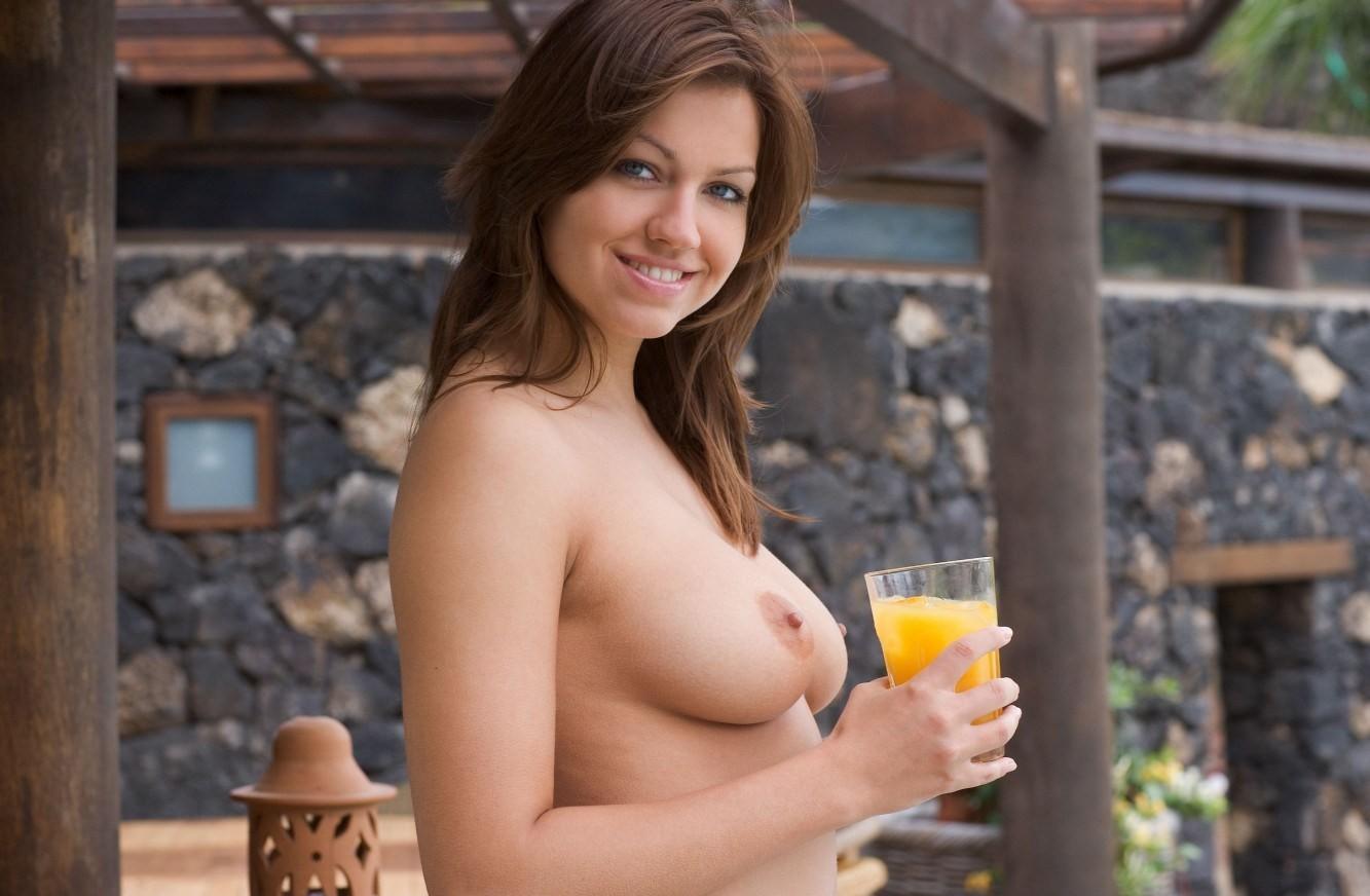 【女体エロ画像】凄く行儀の悪い事してる気分…裸で飲食している美女たちwww 01