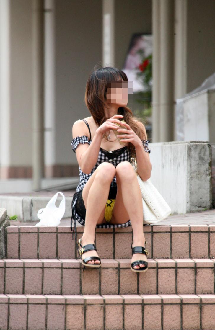 【パンチラエロ画像】空気を読んで指摘しないw野外で座る迂闊なパンチラさんwww 04