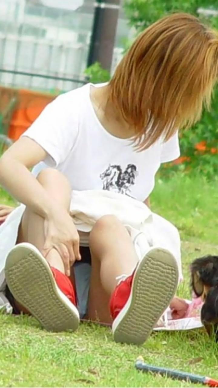 【パンチラエロ画像】空気を読んで指摘しないw野外で座る迂闊なパンチラさんwww 05