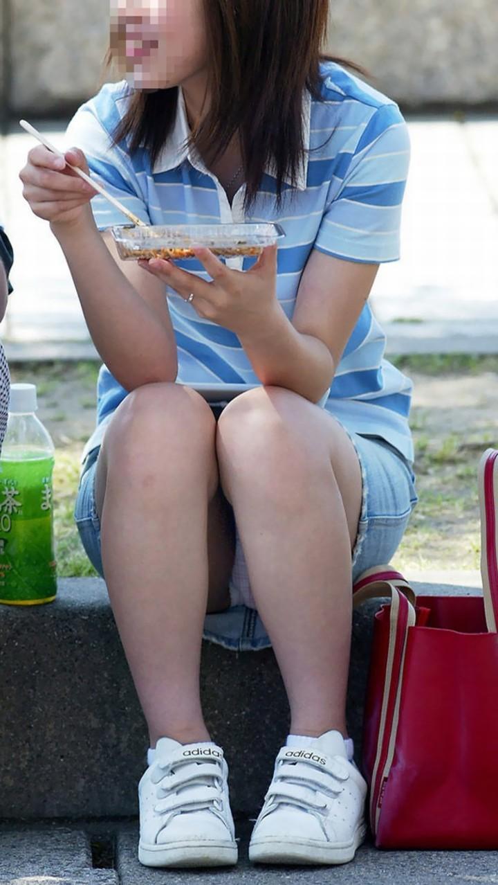 【パンチラエロ画像】空気を読んで指摘しないw野外で座る迂闊なパンチラさんwww 08
