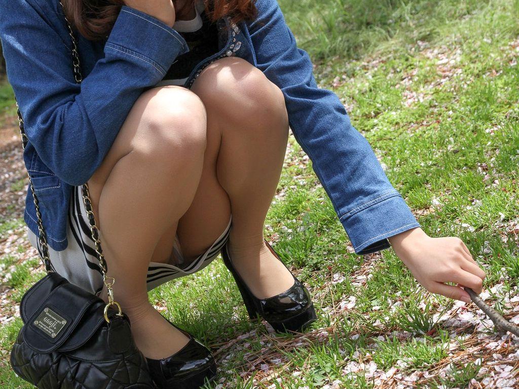 【パンチラエロ画像】空気を読んで指摘しないw野外で座る迂闊なパンチラさんwww 11