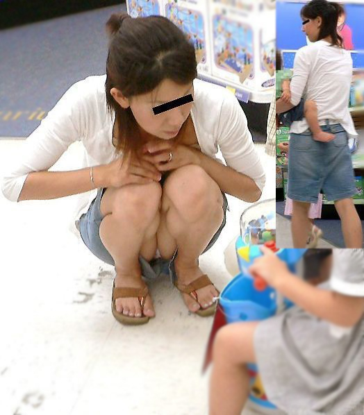 【ママチラエロ画像】我が子を守るのに必死なのにミニって…隙ありママパンチラwww 04