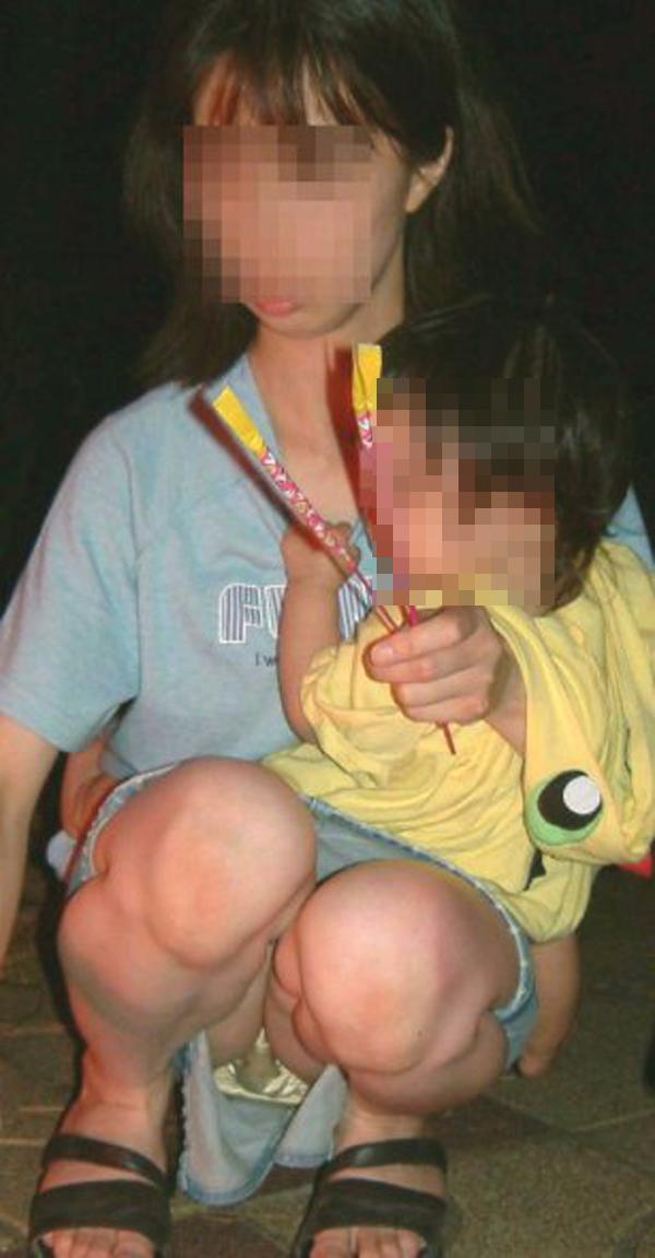 【ママチラエロ画像】我が子を守るのに必死なのにミニって…隙ありママパンチラwww 12