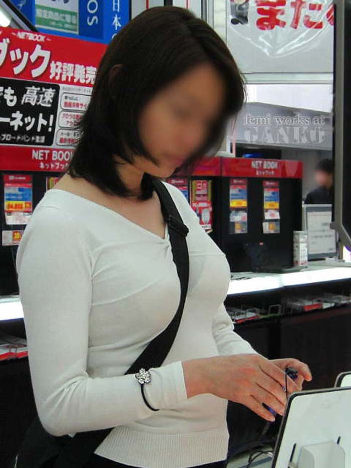 【パイスラエロ画像】紐1本で目立ち過ぎw単純でも脅威なたすき掛け着衣胸www 04