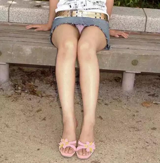 【パンチラエロ画像】ミニ履いてたら喜んで椅子譲ります!チラ見えゲットの為にwww 10