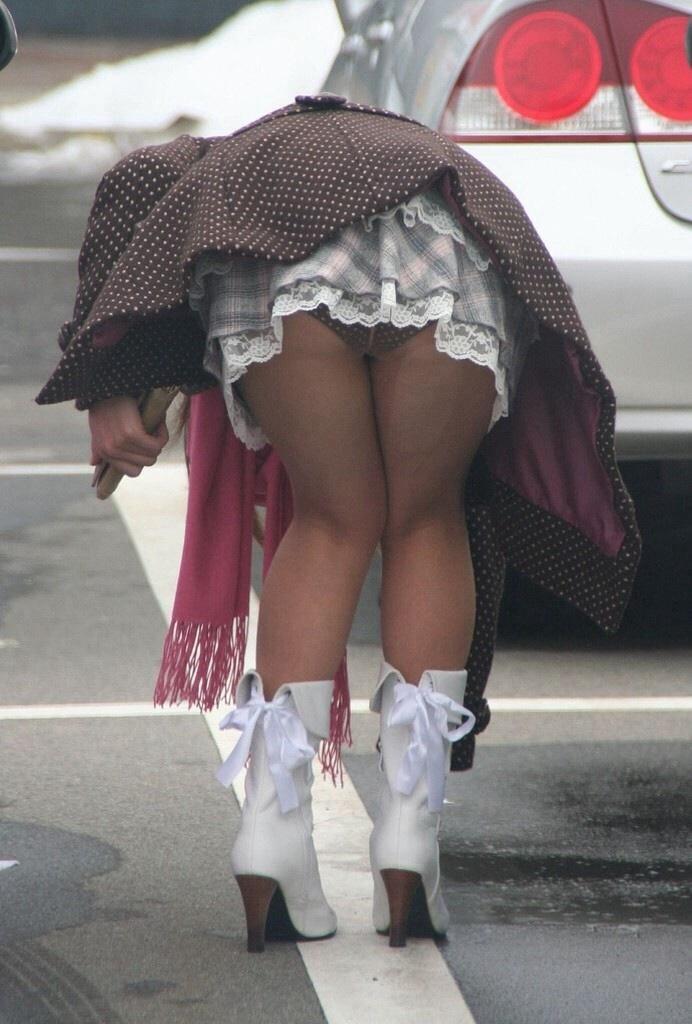 【パンチラエロ画像】まさに自爆の瞬間!ミニスカ女子の勝手に前屈みチラwww 10
