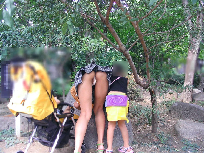 【パンチラエロ画像】まさに自爆の瞬間!ミニスカ女子の勝手に前屈みチラwww 13