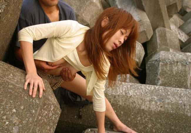 【青姦エロ画像】露出に飽きたら合体w野外で絶賛盛り中なカップルwww 06