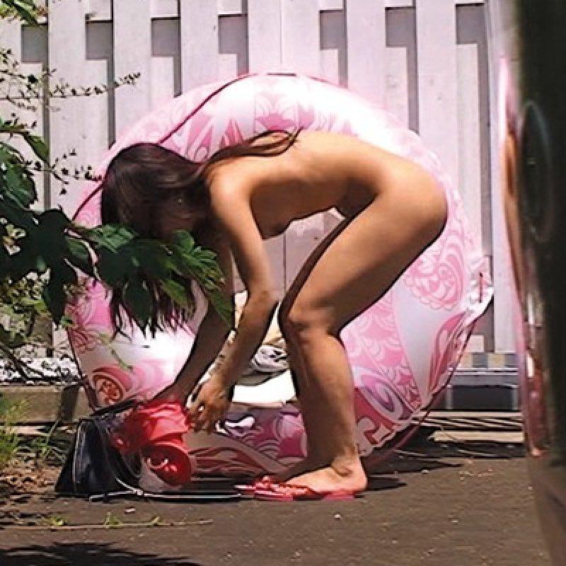 美女の「野外生着替え」をしっかり撮影したった件