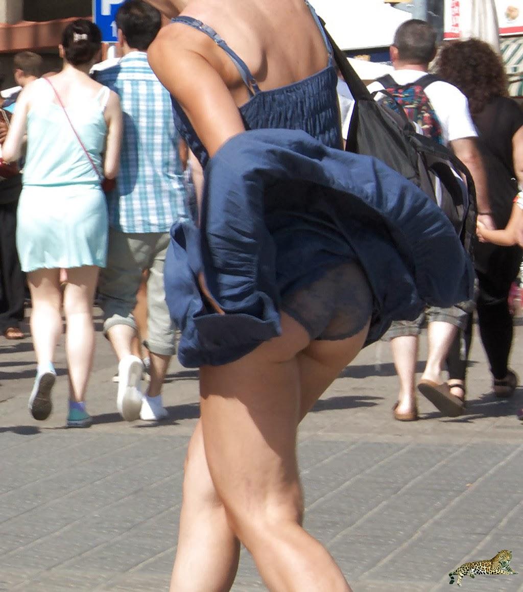 【パンチラエロ画像】自然には逆らわない主義w風で見放題な淑女の下着www 01