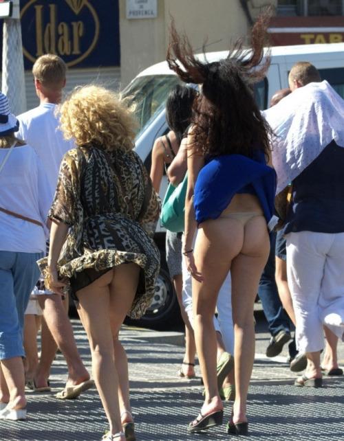 【パンチラエロ画像】自然には逆らわない主義w風で見放題な淑女の下着www 06
