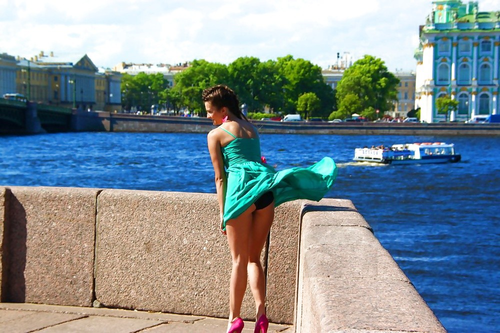 【パンチラエロ画像】自然には逆らわない主義w風で見放題な淑女の下着www 11