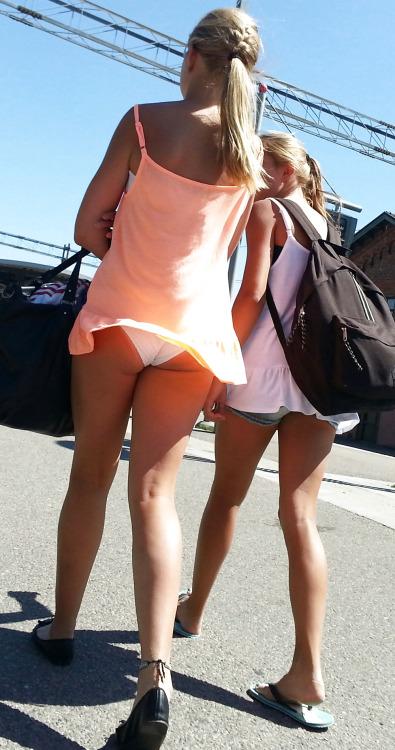 【パンチラエロ画像】自然には逆らわない主義w風で見放題な淑女の下着www 15
