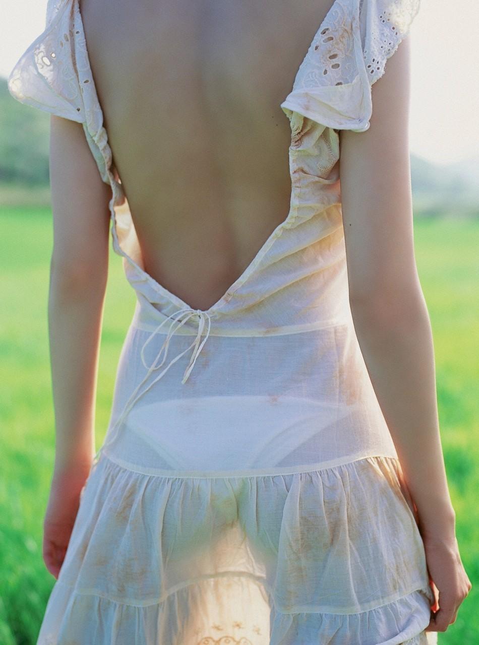 【背中エロ画像】試しに中心を舐めてみようw性感帯が隠れているかも美女の背中www 03