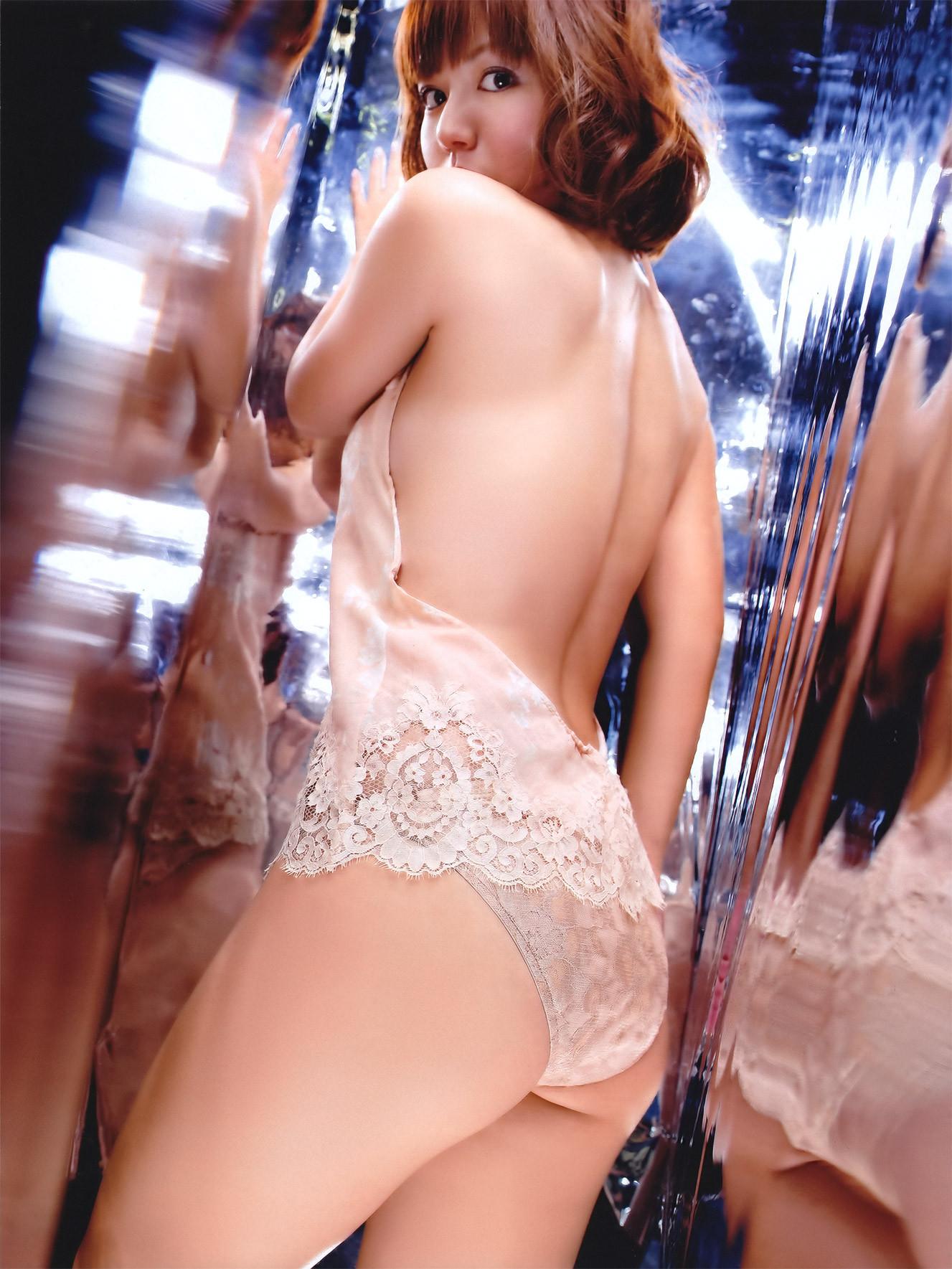 【背中エロ画像】試しに中心を舐めてみようw性感帯が隠れているかも美女の背中www 13