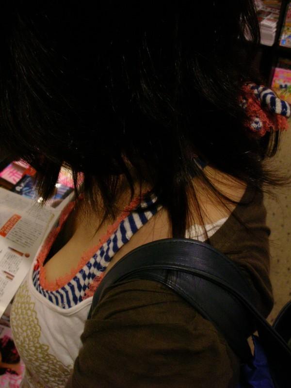【谷間エロ画像】窮屈で今にも落ちそうな…むしろ出るべき着衣巨乳の谷間www 02
