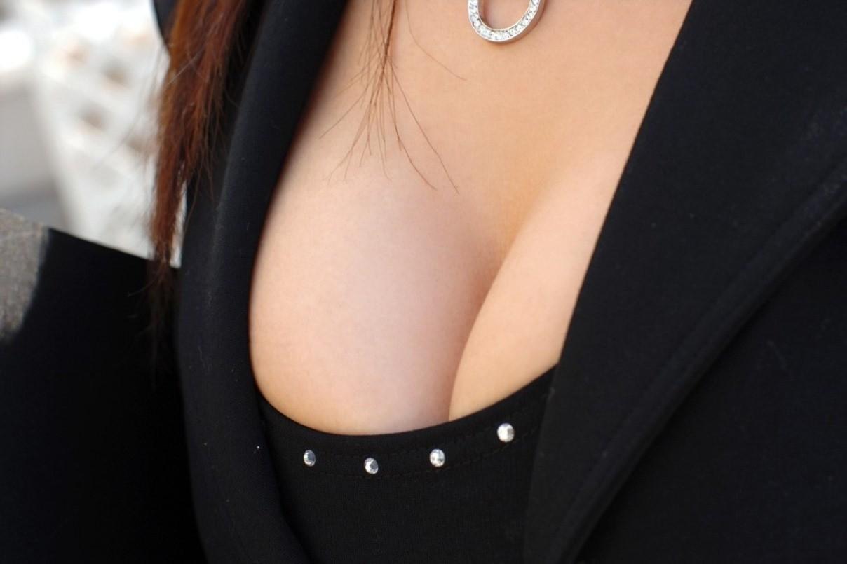 【谷間エロ画像】窮屈で今にも落ちそうな…むしろ出るべき着衣巨乳の谷間www 04