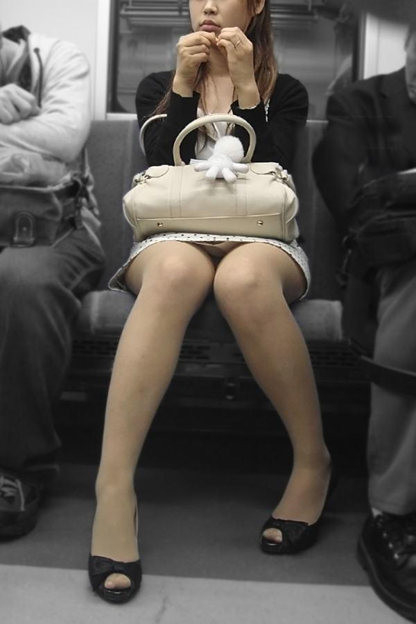【パンチラエロ画像】対面の気になり過ぎる存在!電車内の無防備パンチラwww 02