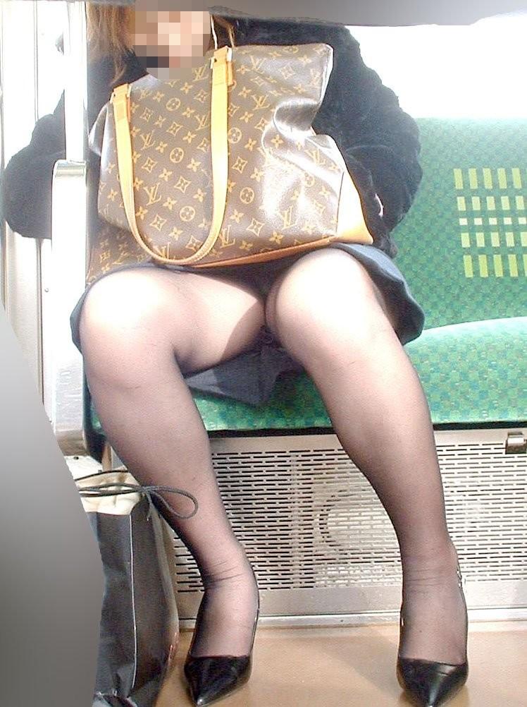 【パンチラエロ画像】対面の気になり過ぎる存在!電車内の無防備パンチラwww 09