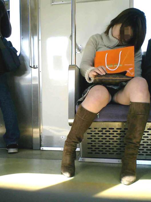 【パンチラエロ画像】対面の気になり過ぎる存在!電車内の無防備パンチラwww 10