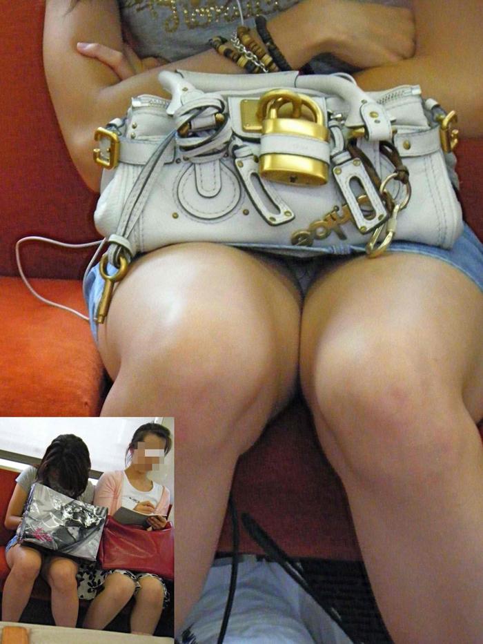 【パンチラエロ画像】対面の気になり過ぎる存在!電車内の無防備パンチラwww 15