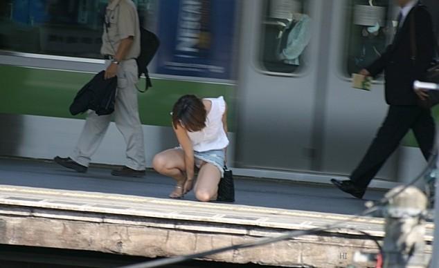 【ミニスカエロ画像】私にも見える!パンチラの気配しか感じないデニミニwww 01