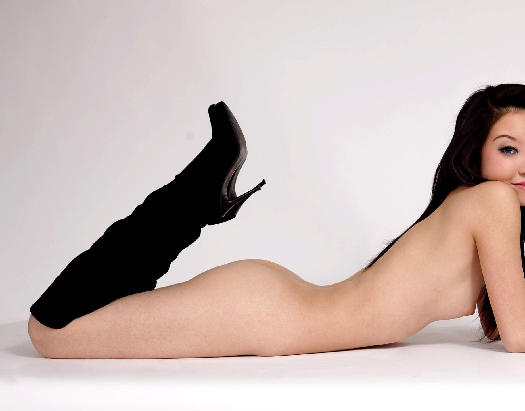 【ヌードエロ画像】安心できないけど履いてるw全裸に靴装備のお姉さんwww 14