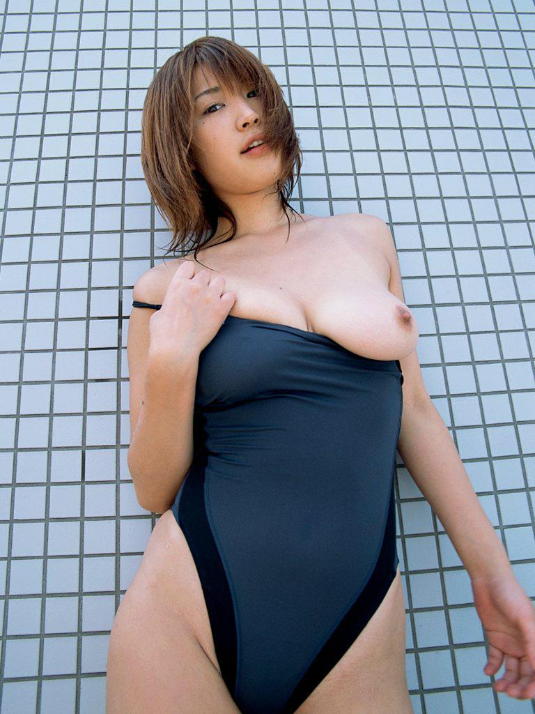 【水着エロ画像】窮屈だからほっと一息的なwおっぱいハミ出し競泳水着娘www 11