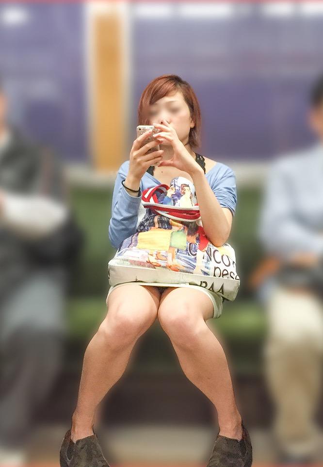 【パンチラエロ画像】こんなチラ見えがなくとも電車の中では座りたいwww 02