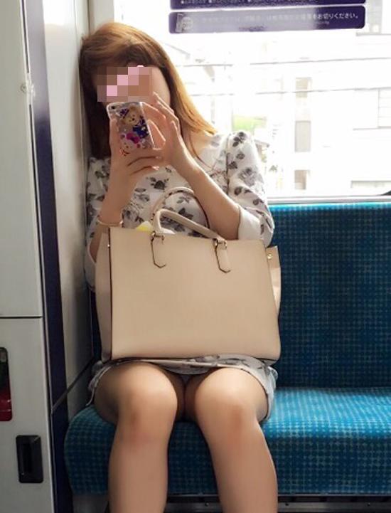 【パンチラエロ画像】こんなチラ見えがなくとも電車の中では座りたいwww 05