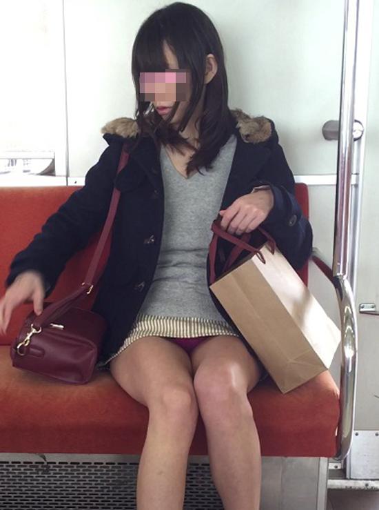 【パンチラエロ画像】こんなチラ見えがなくとも電車の中では座りたいwww 06
