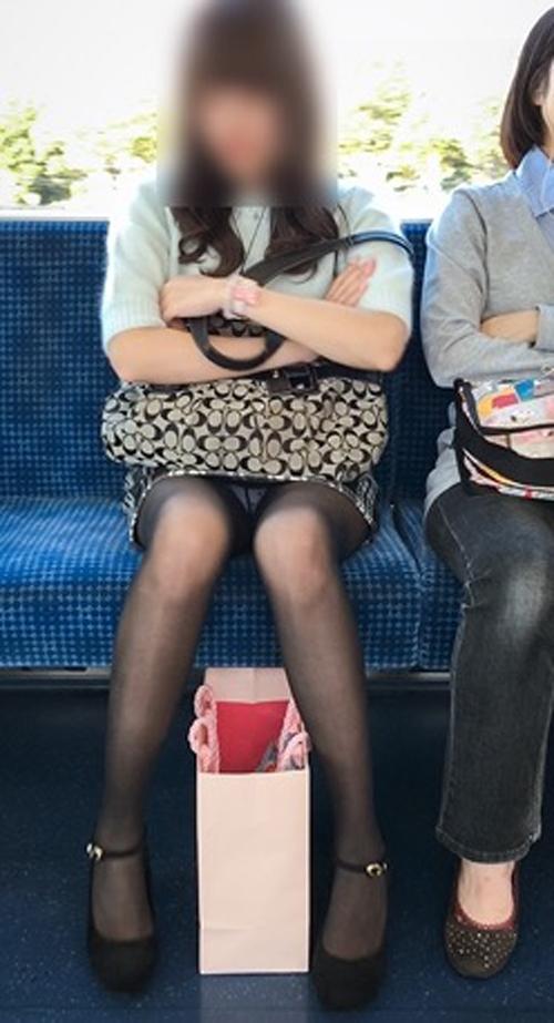 【パンチラエロ画像】こんなチラ見えがなくとも電車の中では座りたいwww 13