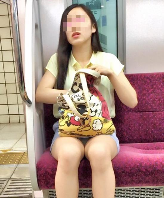 【パンチラエロ画像】こんなチラ見えがなくとも電車の中では座りたいwww 14
