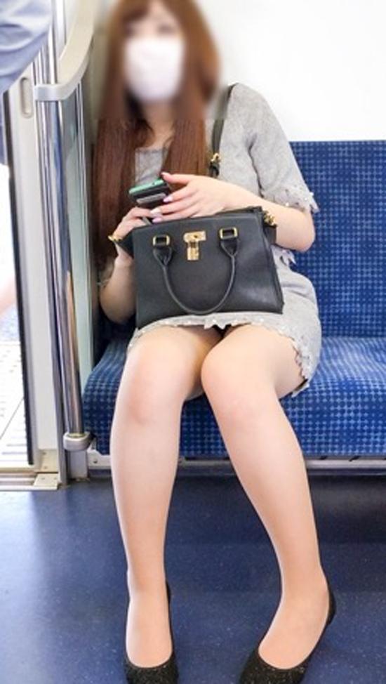 【パンチラエロ画像】こんなチラ見えがなくとも電車の中では座りたいwww 15