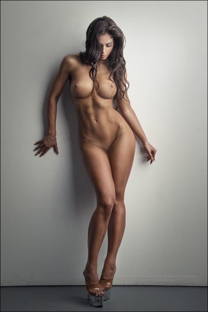 【腹筋エロ画像】弛み切ってるよりもイイ!今流行りな腹筋美女の裸体www 08