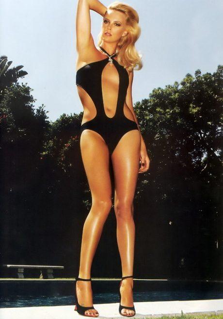 シャーリーズセロンのセミヌード画像 ノーブラで魅せてくれる乳首ポチッのエロ画像はたまらんぞ