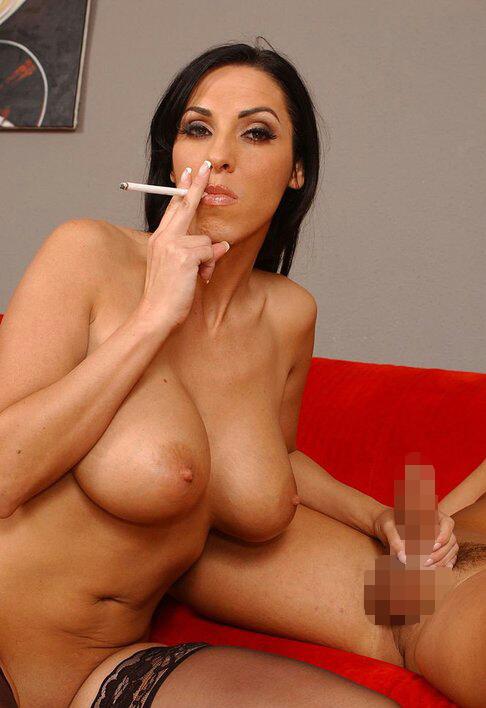 【海外エロ画像】吸い過ぎにご注意w裸で一服中のちょい悪外人さんwww 12