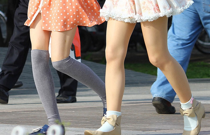 【美脚エロ画像】街中どこでも見られるけど見入っちゃうwフェチ歓喜のミニスカ美脚www 001