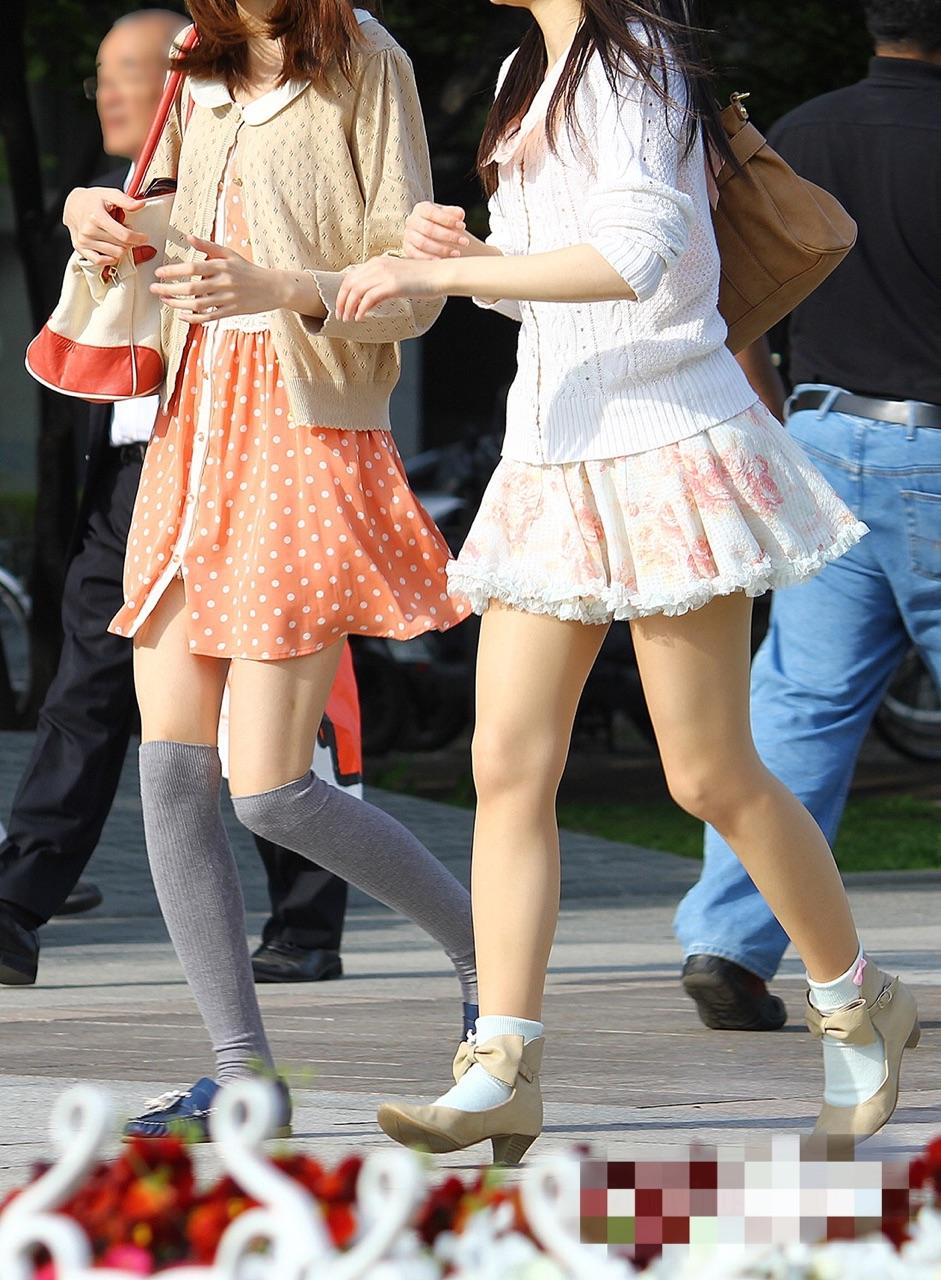【美脚エロ画像】街中どこでも見られるけど見入っちゃうwフェチ歓喜のミニスカ美脚www 08